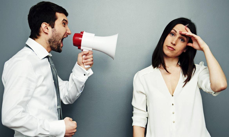 муж с женой ругаются, участковый инспектор
