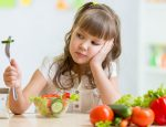 ребенок, девочка, салат, ест